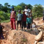 Kinder arbeiten im informellen Bergbau in Kongo Kinder arbeiten im informellen Bergbau in Kongo | Bild (Ausschnitt): © Julien Harneis [CC BY-SA 2.0] - Wikimedia Commons