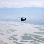 Helikopter fliegt über ein von Überschwemmungen betroffenes Gebiet in Pakistan Schwere Überschwemmungen in Pakistan im August 2010 bei Khwazakhela / Provinz Khyber Pakhtunkhwa. | Bild (Ausschnitt): © Sgt. Horace Murray, U.S. Army [Public Domain] - Wikimedia Commons