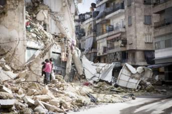 Kinder in Syrien suchen in den Ruinen nach Feuerholz. Kinder in Syrien suchen in den Ruinen nach Feuerholz. | Bild: © Hunterbracewell - Dreamstime.com