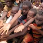 Kinder im Flüchtlingslager bitten um Hilfe Dadaab-Flüchtlingscamp, Kenia | Bild (Ausschnitt): © Sadık Güleç - Dreamstime.com