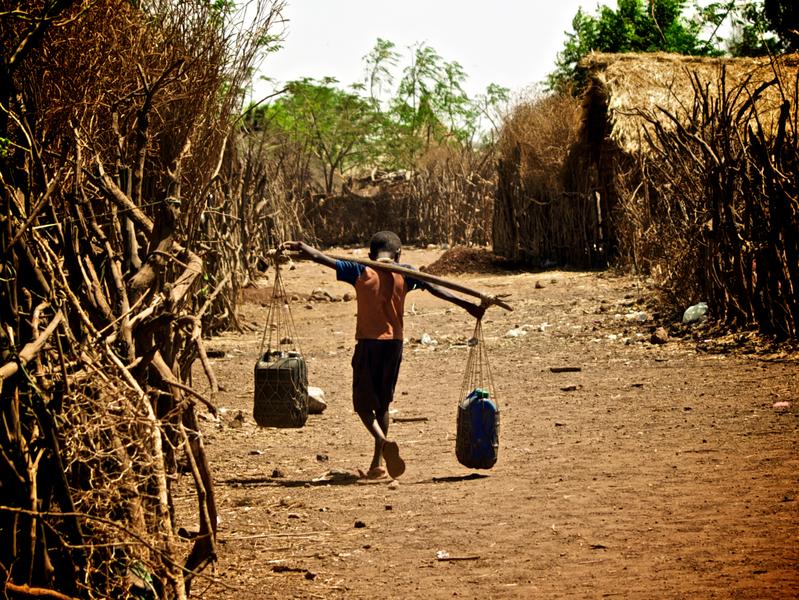 Äthipisches Kind schleppt Wasser