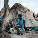 Rebecca Nyaknme konnte mit zwei ihrer Kinder den Massakern in Bentiu entkommen. Sie leben jetzt in Strohhütten vor der Stadt Ganyiel. Auf der Flucht wurde sie von ihrem Mann und den anderen beiden Kindern getrennt. | Bild (Ausschnitt): © World Humanitarian Summit [CC BY-ND 2.0] - flickr