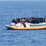Afrikanische Flüchtlinge wagen weiterhin den gefährlichen Weg übers Mittelmeer. Die EU will Schlepperbanden bekämpfen, ist aber nicht bereit, mehr legale Wege nach Europa zu schaffen. Afrikanische Flüchtlinge wagen weiterhin den gefährlichen Weg übers Mittelmeer. Die EU will Schlepperbanden bekämpfen, ist aber nicht bereit, mehr legale Wege nach Europa zu schaffen. | Bild (Ausschnitt): © Brainbitch [CC BY-NC 2.0] - Flickr