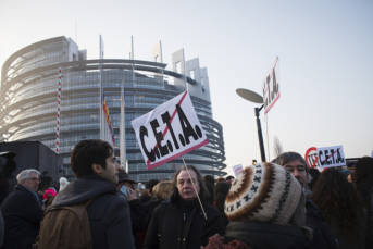CETA Demo Citizens' action at the European Parliament in Strasbourg ahead of the final CETA vote. | Bild: ©  Stop TTIP [CC BY-SA 2.0]  - flickr