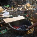 Kleiner Junge der sich mit schmutzigem Wasser wäscht | Bild (Ausschnitt): © Adam Cohn [CC BY-NC-ND 2.0] - Flickr