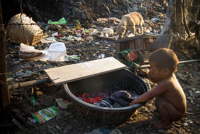 Kleiner Junge der sich mit schmutzigem Wasser wäscht |  Bild: ©  Adam Cohn [CC BY-NC-ND 2.0]  - Flickr