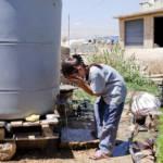 Mädchen in Syrien erfrischt sich an Wassertank | Bild (Ausschnitt): © PRO UNHCR UN Refugee Agency [CC BY-NC-ND 2.0] - Flickr