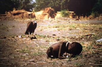 Mädchen bricht bricht beim Wasserholen zusammen Hungersnot im Sudan 1993 | Bild: © David Erickson [CC BY 2.0]  - flickr