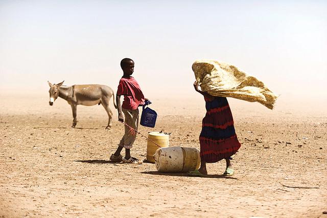 Junge und Mädchen in kenianischer Wüste