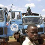 Flüchtlinge der Operation der Vereinten Nationen Ein Junge vor Fahrezugen der UNO | Bild (Ausschnitt): © United Nations Photo [CC BY-NC-ND 2.0] - Flickr
