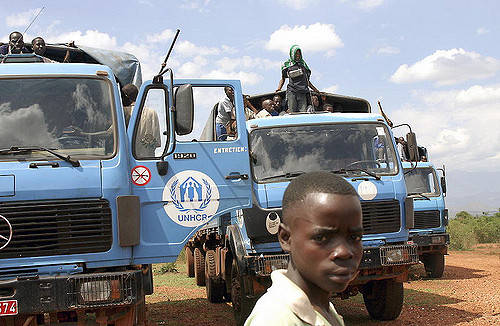 Flüchtlinge der Operation der Vereinten Nationen Ein Junge vor Fahrezugen der UNO | Bild: © United Nations Photo [CC BY-NC-ND 2.0]  - Flickr
