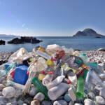 Immer mehr Plastikmüll wird an Stränden angespult. | Bild (Ausschnitt): © Bo Eide [CC BY-NC-ND 2.0] - Flickr