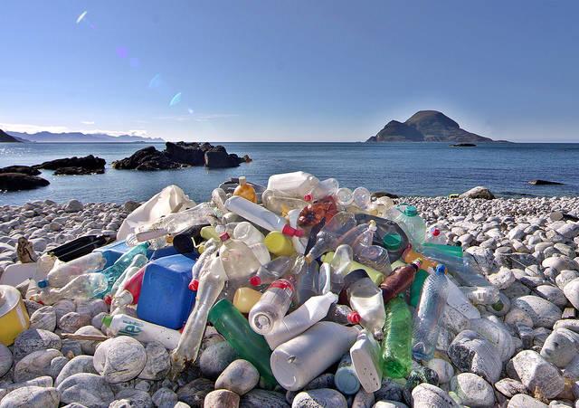 Immer mehr Plastikmüll wird an Stränden angespult.  | Bild: © Bo Eide [CC BY-NC-ND 2.0]  - Flickr
