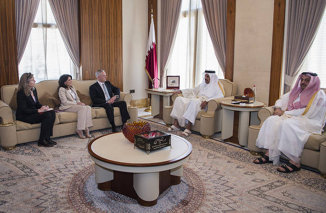 Emir von Katar bei einem Treffen mit US Secretary of Defense Jim Mattis Scheich Sheikh Tamim bin Hamad Al Thani (2. v. r.), Emir von Katar bei einem Treffen mit US Secretary of Defense Jim Mattis    Bild: © Jim Mattis [CC BY 2.0]  - Flickr