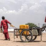Wasserversorgung in Rann, Nigeria Im Bundesstaat Borno sind mehrere hunderttausend Menschen von humanitärer Hilfe abhängig. | Bild (Ausschnitt): © Roberto Saltori [CC BY-NC 2.0] - Flickr