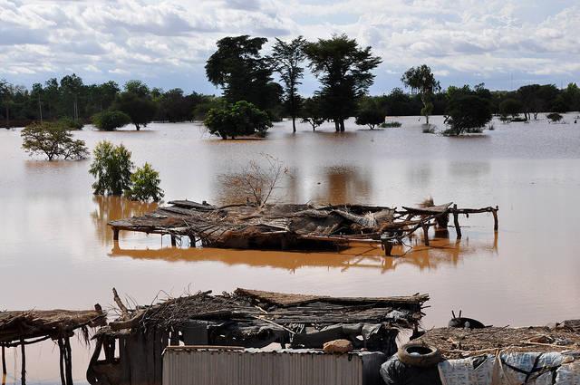 Überschwemmung des Niger in der Hauptstadt Niamey Während im Südosten der Republik Niger das Wasser fehlt, wird die Hauptstadt Niamey im Südwesten durch den Fluss Niger überschwemmt. | Bild: © Oxfam International [CC BY-NC-ND 2.0]  - Flickr