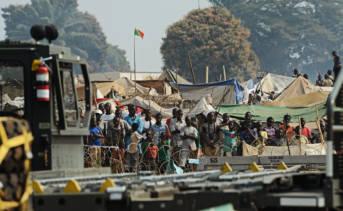 Zentralafrikanische Flüchtlinge am Flughafen von Bangui Tausende von Menschen flüchten in der Zentralafrikanischen Republik vor der Gewalt und Zerstörung | Bild: © U.S. Air Force [Public Domain]  - Wikimedia Commons