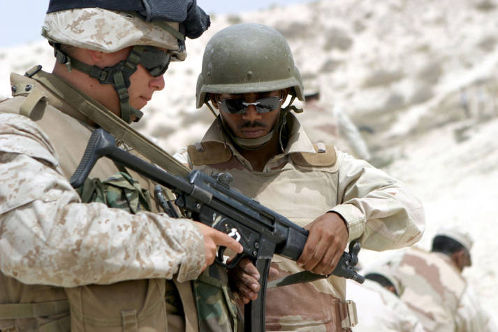 MP5 US-Soldat erklärt einem saudischen Soldaten das deutsche Maschinengewehr MP5 | Bild: © Lance Corpoal Daniel R. Lowndes [Puplic Domain]  - Wikimedia commons