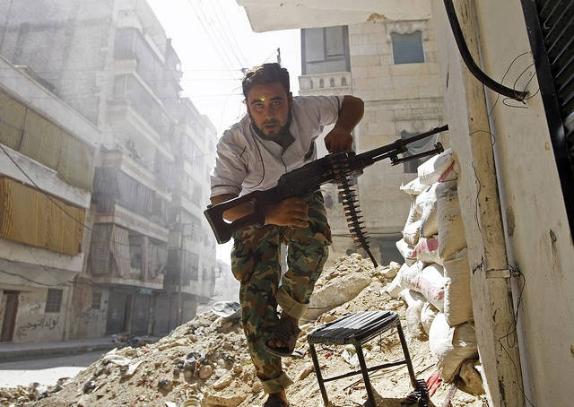 Syrian Rebel Ein Soldat der Freien Syrischen Armee im zerstörten Aleppo. | Bild: © a.anis [CC BY-ND 2.0]  - Flickr