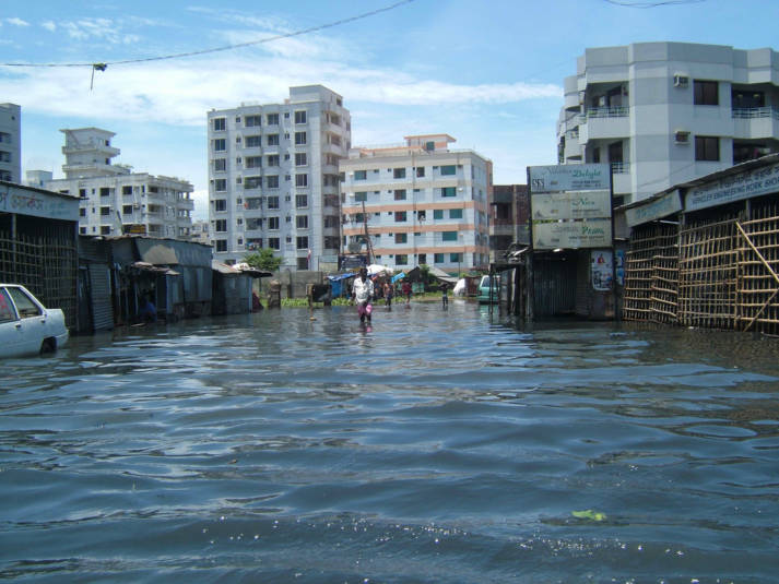 Flut in Dhaka Das Risiko, durch eine Naturkatastrophe sein Zuhause zu verlieren und aus diesem Grund die Heimat verlassen zu müssen, ist heute bereits 60 Prozent höher als vor 40 Jahren. | Bild: ©  dougsyme [CC BY 2.0]  - flickr