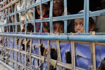 Rohingya children in a rural village in Buthidaung township, northern Rakhine State, March 2016 Das systematische Vorgehen von Myanmars Behörden gegen die Rohingya entspricht in allen Punkten der juristischen Definition von Apartheid als Verbrechen gegen die Menschlichkeit. | Bild: ©  Prachatai [CC BY-NC-ND 2.0]  - Flickr