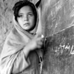 Junges Mädchen in einer Schule in Afghanistan Afghanistan ist eines von mindestens zehn Ländern, welches in den letzten Jahren mit gezielten Angriffen gegen die Bildung von Mädchen konfrontiert war. | Bild (Ausschnitt): © United Nations Photo [CC BY-NC-ND 2.0] - Flickr
