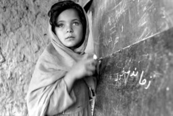 Junges Mädchen in einer Schule in Afghanistan Afghanistan ist eines von mindestens zehn Ländern, welches in den letzten Jahren mit gezielten Angriffen gegen die Bildung von Mädchen konfrontiert war.  | Bild: ©  United Nations Photo [CC BY-NC-ND 2.0]  - Flickr