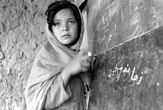 Junges Mädchen in einer Schule in Afghanistan