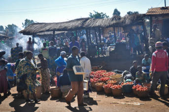 Markt in Afrika Die Märkte Afrikas werden dank unfairer Freihandelsabkommen von billigen Produkten aus Europa überschwemmt. | Bild: © Skip Russell [CC BY-NC-ND 2.0]  - Flickr