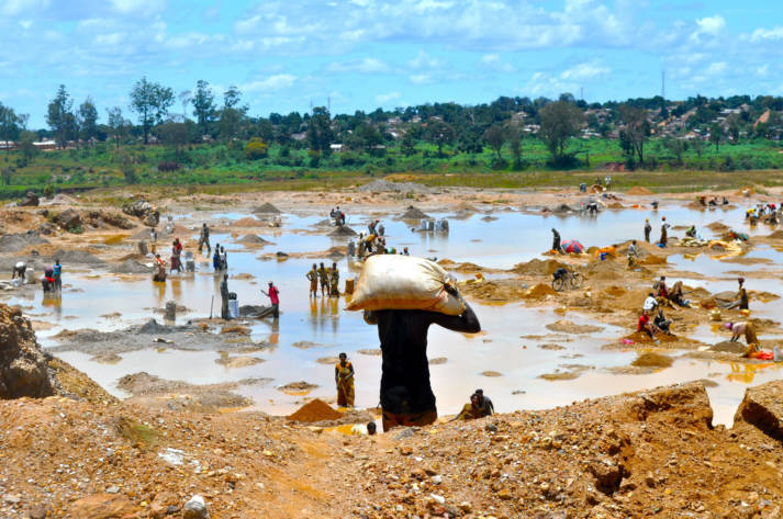 Kupfer waschen DR Kongo Kupfer und Kobalt bilden die Grundlage für Produkte, die viele Millionen Menschen täglich nutzen - und sind in der DR Kongo reichlich vorhanden. | Bild: © Fairphone [CC BY-NC 2.0]  - Flickr