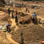 Kinderarbeit DR Kongo Kinder im Osten des DR Kongo beim Abbau von Mineralien - Automobilkonzerne profitieren davon. | Bild (Ausschnitt): © ENOUGH Project [CC BY-NC-ND 2.0] - Flickr