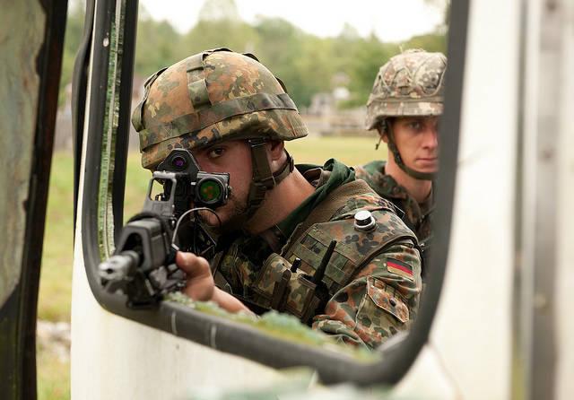 Deutsche Kleinwaffen Die deutschen Rüstungsexporte von Kleinwaffen haben weltweit dramatisch zugenommen. | Bild: © DVIDSHUB [CC BY 2.0]  - Flickr