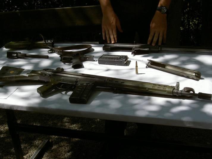 deutsches G3-Gewehr Das Sturmgewehr G3 des deutschen Herstellers Heckler & Koch fand bereits 2015 im Jemenkrieg Verwendung. Seit 2008 darf Saudi Arabien die Waffe in Lizenz produzieren und wird aus Deutschland mit den Bauteilen versorgt. Um die weitere Verwendung kümmert sich die Bundesregierung nicht  |  Bild: © Aidschent2 [gemeinfrei]  - Wikimedia Commons