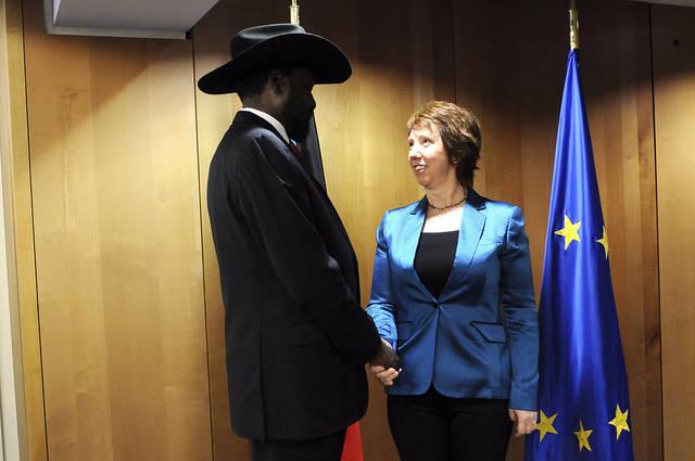 Die ehemalige Hohe Vertreterin der EU Catherine Ashton schüttelt dem südsudanesischen Präsidenten Salva Kiir Mayardit die Hand. Ihm werden schwere Menschrechtsverletzungen vorgeworfen. | Bild: © European External Action Service [CC BY-NC-ND 2.0]  - Flickr