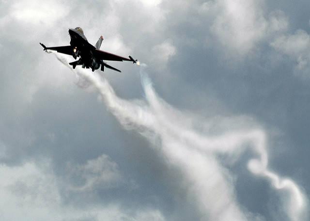 Auf dem Bild ist ein israelischer Kampfjet während einer Show in Großbritannien zu sehen.  |  Bild: © Peter Mulligan [CC BY 2.0]  - Flickr
