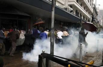 Die Staatsgewalt geht mit Tränengas gegen Protestierende auf den Straßen Nairobis vor. Bereits nach der Wahl 2007 kam es in Kenia zu gewalttätigen Auseinandersetungen zwischen Demonstranten und Polizei   Bild: © DEMOSH [CC BY 2.0]  - flickr