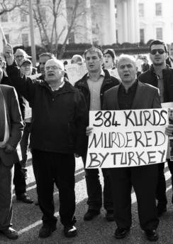 Auf dem Bild sind Demontranten vor dem weißen Haus zu sehen, die gegen die Gewalt der Türkei gegen Kurden protestieren | Bild: © Stephen Melkisethian [CC BY-NC-ND 2.0]  - Flickr