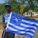 Kamerun Ein anglofoner Kameruner mit der Flagge von Ambazonien. | Bild (Ausschnitt): © Lambisc [CC BY-SA 3.0] - Wikimedia Commons