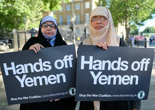 Jemenitische Aktivistinnen Zwei jemenitische Aktivistinnen in Whitehall gegenüber von Downing Street 10 |  Bild: © Alisdare Hickson [CC BY-SA 2.0]  - Flickr