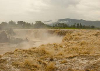 Fourteen Falls, Kenia Die Fourteen Falls in der Nähe von Nairobi werden nach Starkregen zu einem einzigen großen Wasserfall | Bild: © rogiro [CC BY-NC-ND 2.0]  - flickr
