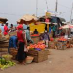 Ein afrikanischer Markt Auf solchen Märkten versuchen die Bauern ihre Produkte zu verkaufen | Bild (Ausschnitt): © Fred Inklaar [CC BY-NC-SA 2.0] - Flickr