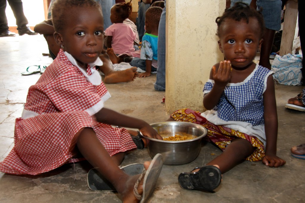 Kinder in Ghana werden im Rahmen einer Nahrungsmittelnothilfe vorsorgt
