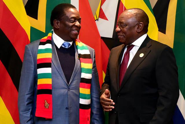 Simbabwes Präsident Emmerson Mnangagwa (links) ist seit einem Monat im Amt- wird er die Situation im Land ändern?  |  Bild: © GovernmentZA [CC BY-ND 2.0]  - flickr