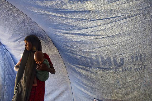 Eine somalische Frau mit ihrem Baby in einem Flüchtlingscamp des UNHCR Eine somalische Frau mit ihrem Baby in einem Flüchtlingscamp des UNHCR    Bild: © United Nations Photo [CC BY-NC-ND 2.0]  - flickr