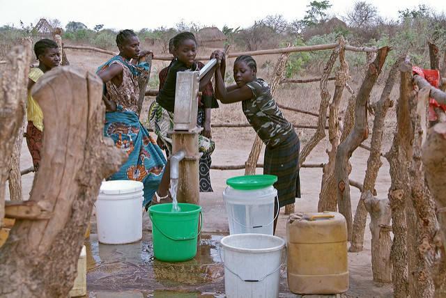 Grade in Afrika wird der Zugang zu Trinkwasser immer schwerer, da große Konzerne Wasserrechte erwerben und die Ressource ausbeuten    Bild: © Bread for the World [CC BY-NC-ND 2.0]  - flickr