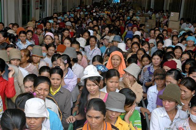 Kambodschanische Fabrikarbeiter Kambodschanische Frabrikarbeiter protestieren für bessere Arbeitsbedingungen in der Textilbranche |  Bild: © ILO in Asia and the Pacific [CC BY-NC-ND 2.0]  - flickr