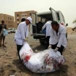 Zwei Männer tragen einen Leichensack in den LKW. Die Hafenstadt Hodeida wird gezielt von Saudi-Arabien bombardiert, deswegen ist die Versorgung so schwierig und dadurch leiden unzählige Menschen | Bild (Ausschnitt): © Felton Davis [CC BY 2.0] - Flickr