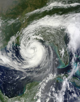 Hurrikan Isaak über dem Golf von Mexiko. Durch den Klimawandel erwärmen sich die Meere. Dies führt zu einer seigenden Zahl von Wirbelstürmen  |  Bild: © NASA Goddard Space Flight Center [CC BY 2.0]  - Flickr