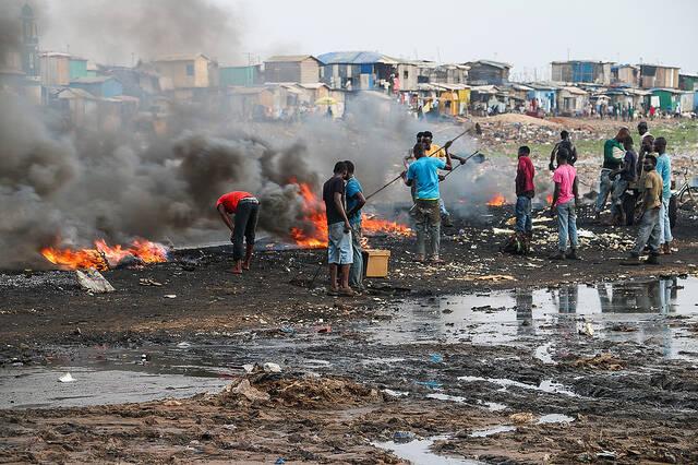 Verbrennung von Elektroschrott Auf der Müllkippe in Agbogbloshie wird der Elektromüll verbrannt.  |  Bild: © Fairphone [CC BY-NC 2.0]  - Flickr