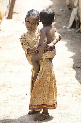 Mädchen mit Kind in Indien